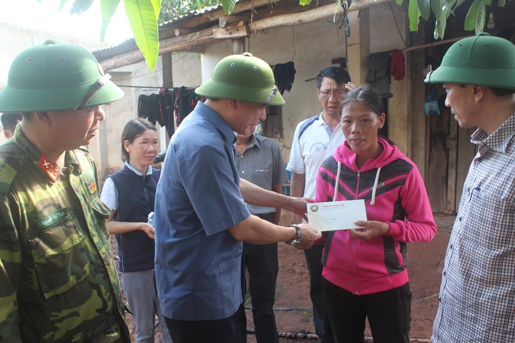 Thường trực Tỉnh ủy thăm hỏi, tặng quà hỗ trợ cho người dân bị thiệt hại do mưa lũ ở các xã biên giới