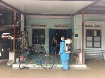 Trung tâm Y tế huyện M'Drắk phun hóa chất xử lý ổ dịch sốt xuất huyết