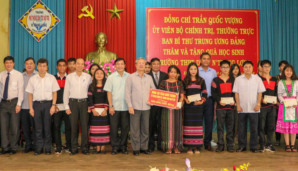 Đồng chí Trần Quốc Vượng - Ủy viên Bộ Chính trị, Thường trực Ban Bí thư Trung ương Đảng thăm và tặng quà Trường THPT Dân tộc nội trú Nơ Trang Lơng