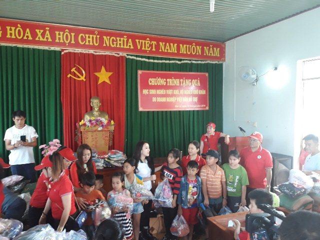 Tặng quà học sinh nghèo vượt khó và hộ nghèo khó khăn xã Hòa lễ