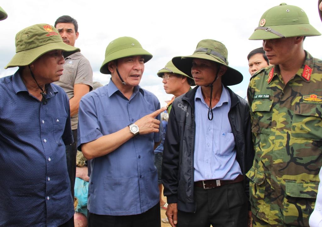 Bí thư Tỉnh ủy kiểm tra công tác khắc phục sự cố vỡ đê bao Quảng Điền, huyện Krông Ana
