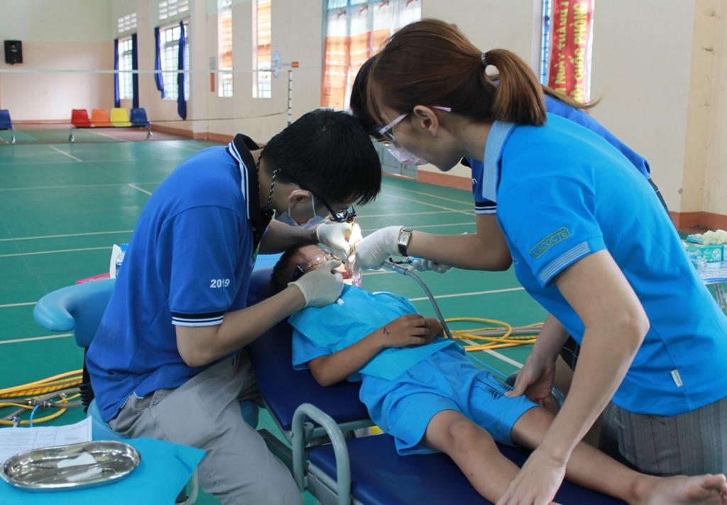 Khám, điều trị răng miệng miễn phí cho trẻ mồ côi, khuyết tật, trẻ có hoàn cảnh khó khăn