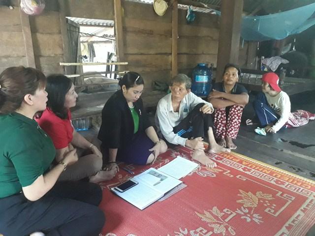 Huyện M'Đrắk tặng quà cho gia đình hoàn cảnh đặc biệt khó khăn tại xã Krông Jing