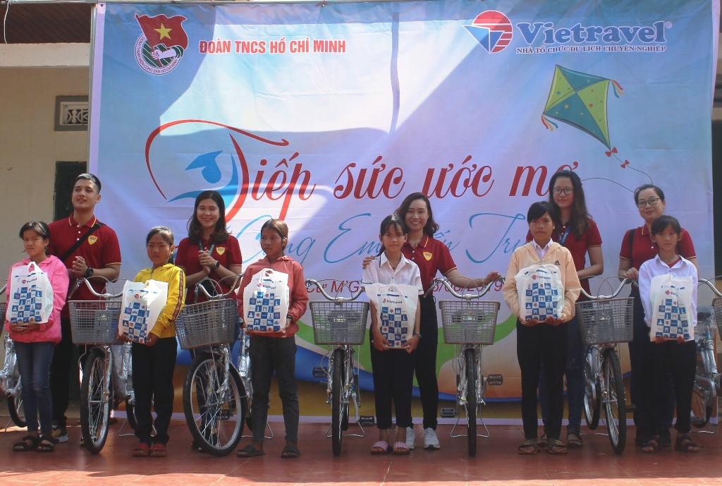 Tặng quà cho học sinh có hoàn cảnh khó khăn tại xã Ea M'Droh, huyện Cư M'gar
