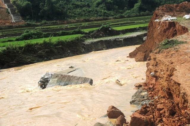 Đề xuất hỗ trợ kinh phí xử lý sạt lở bờ sông và di dân khẩn cấp tại những khu vực lũ ống, lũ quét, sạt lở đất.