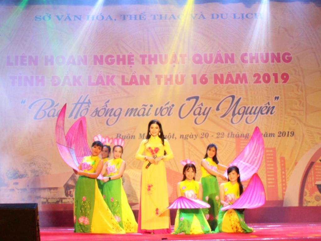 """Tiết mục đơn ca """"Lời ca dâng Bác"""" của Đoàn Nghệ thuật quần chúng huyện Cư Kuin"""