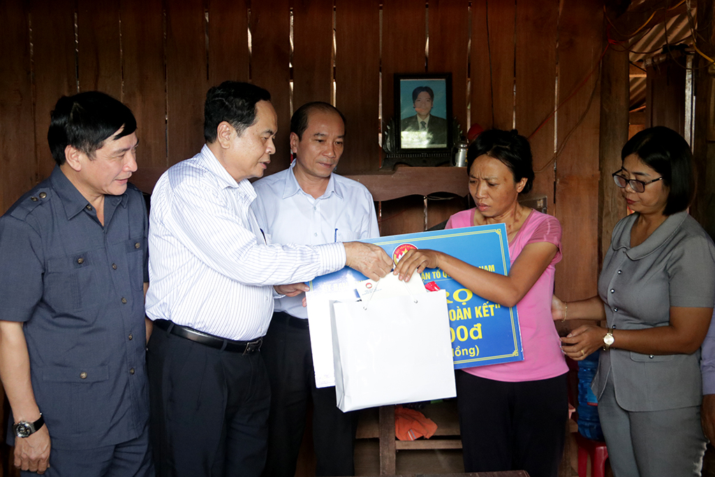 Chủ tịch Ủy ban Trung ương MTTQ Việt Nam trao nhà Đại đoàn kết cho các gia đình đặc biệt khó khăn tại huyện Ea Súp