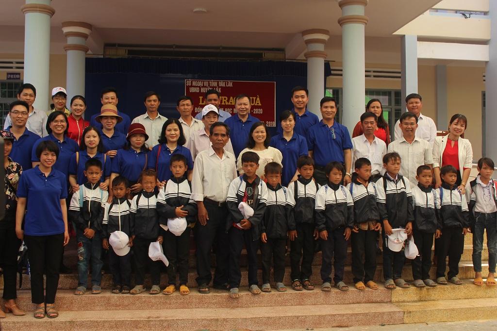 Sở Ngoại vụ tặng 269 suất quà cho các em học sinh nghèo tại huyện Lắk