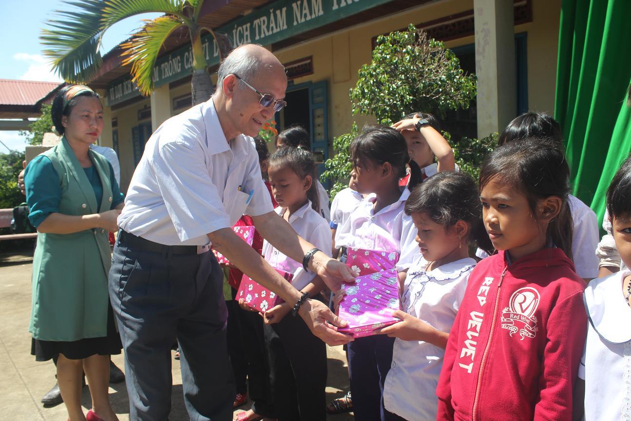 Hội Khuyến học tỉnh: Tặng 30 suất quà cho học sinh có hoàn cảnh khó khăn của huyện Buôn Đôn