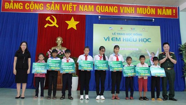 """Viettel Đắk Lắk sơ kết 5 năm triển khai chương trình """"Vì em hiếu học"""" và trao học bổng tại huyện Ea Kar"""