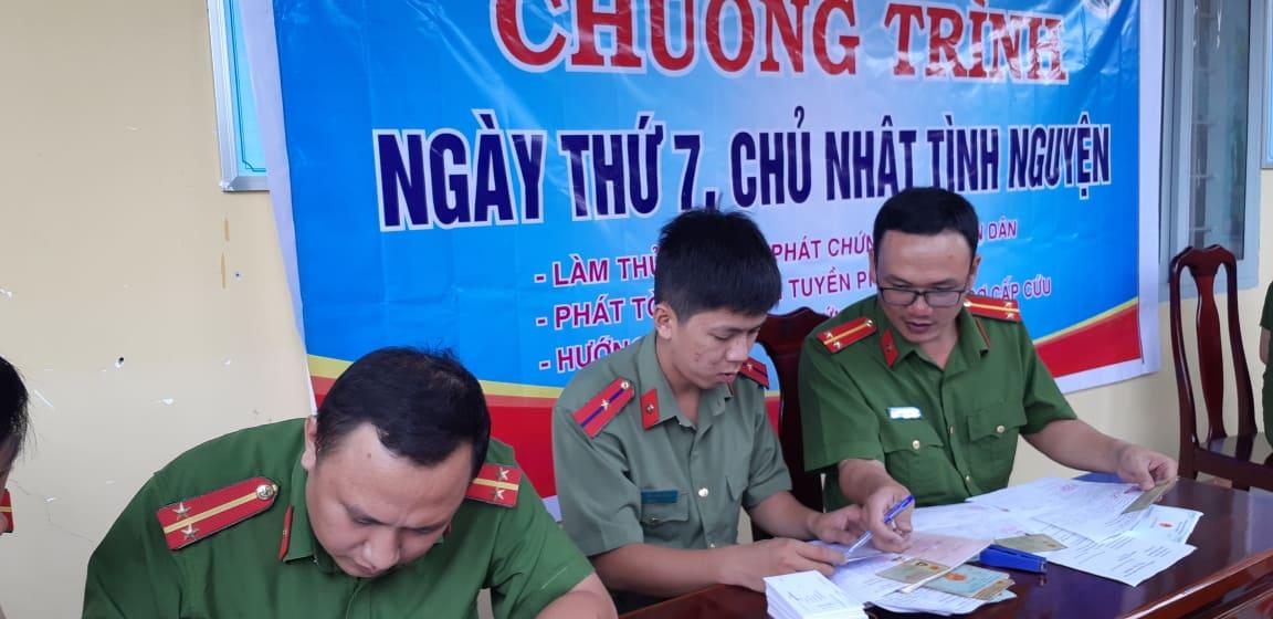 Công an huyện Krông Bông tổ chức làm thủ tục cấp giấy Chứng minh nhân dân cho xã Hòa Phong