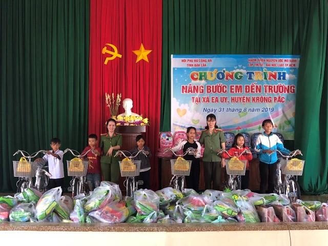 """Hội Phụ nữ Công an tỉnh tổ chức chương trình """"Nâng bước em đến trường"""" tại xã Ea Uy, huyện Krông Pắc."""