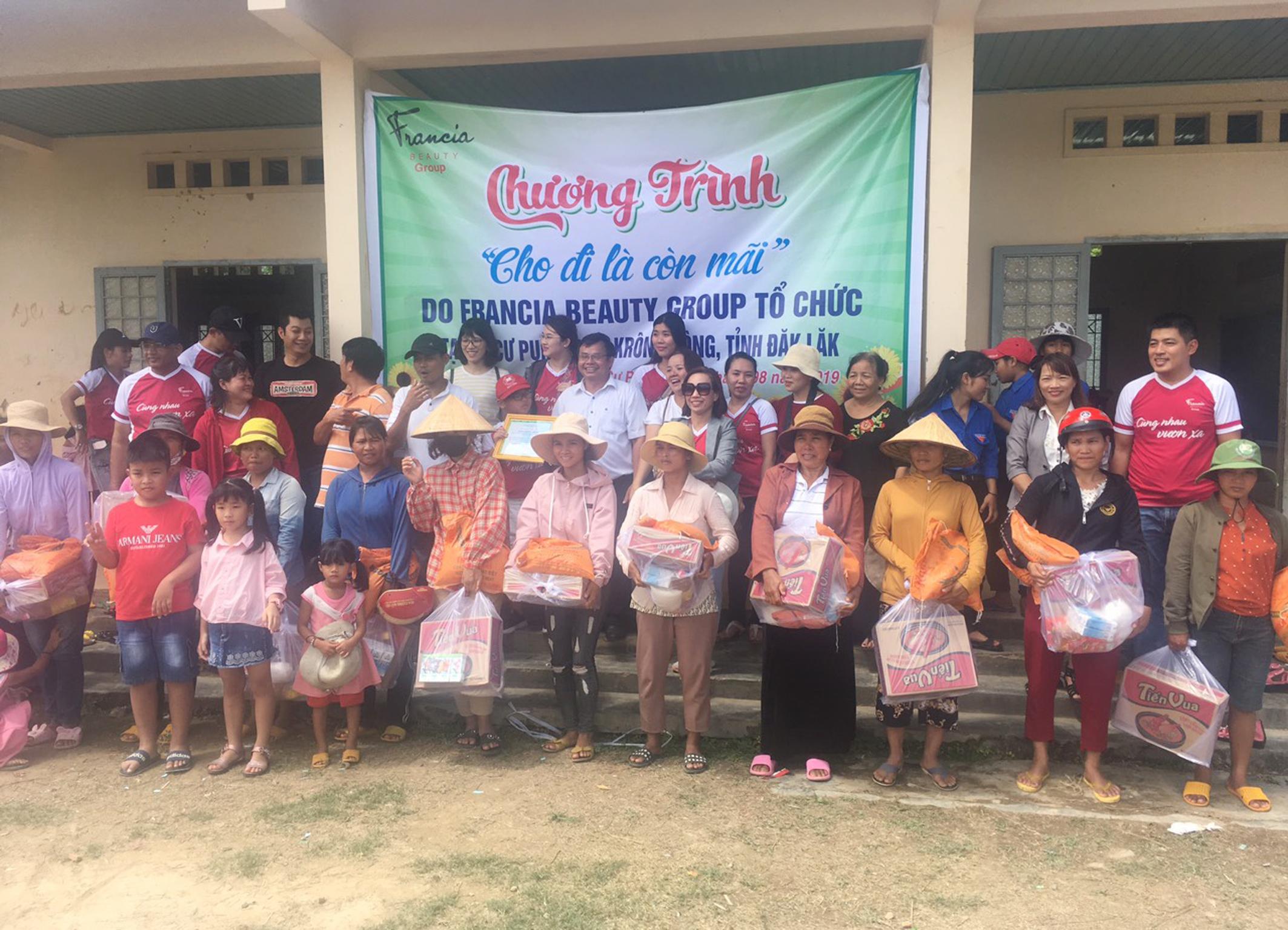 Tặng 200 suất quà tại xã Cư Pui, huyện Krông Bông