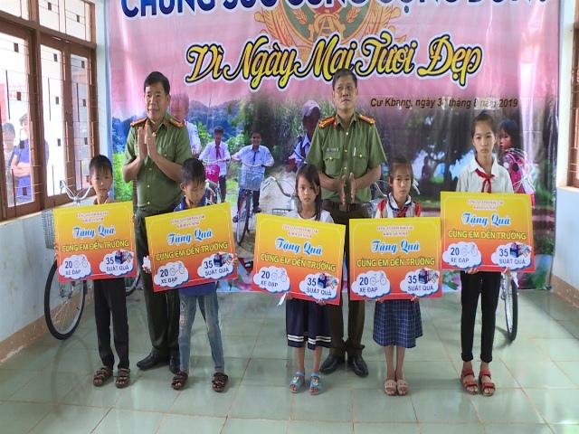Thăm, tặng quà cho đồng bào nghèo vùng lũ huyện Ea Súp