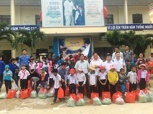 600 suất quà trao tặng cho các em thiếu nhi nghèo tại xã Cư Prao và xã Krông Jing, huyện M'Drắk