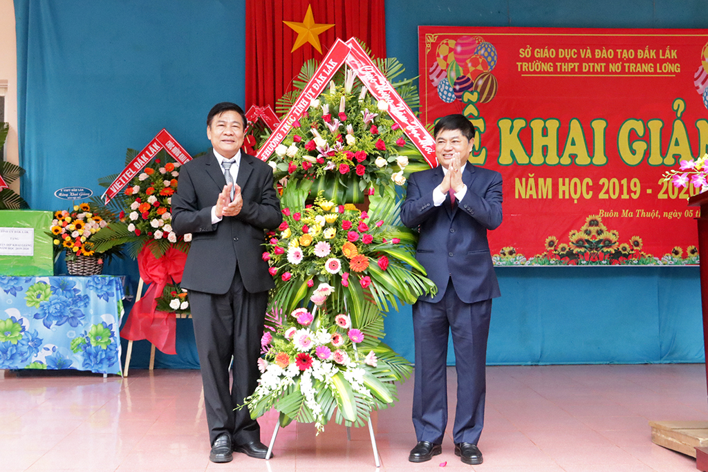 Phó Bí thư Thường trực Tỉnh ủy Phạm Minh Tấn dự khai giảng tại Trường THPT Dân tộc nội trú Nơ Trang Lơng