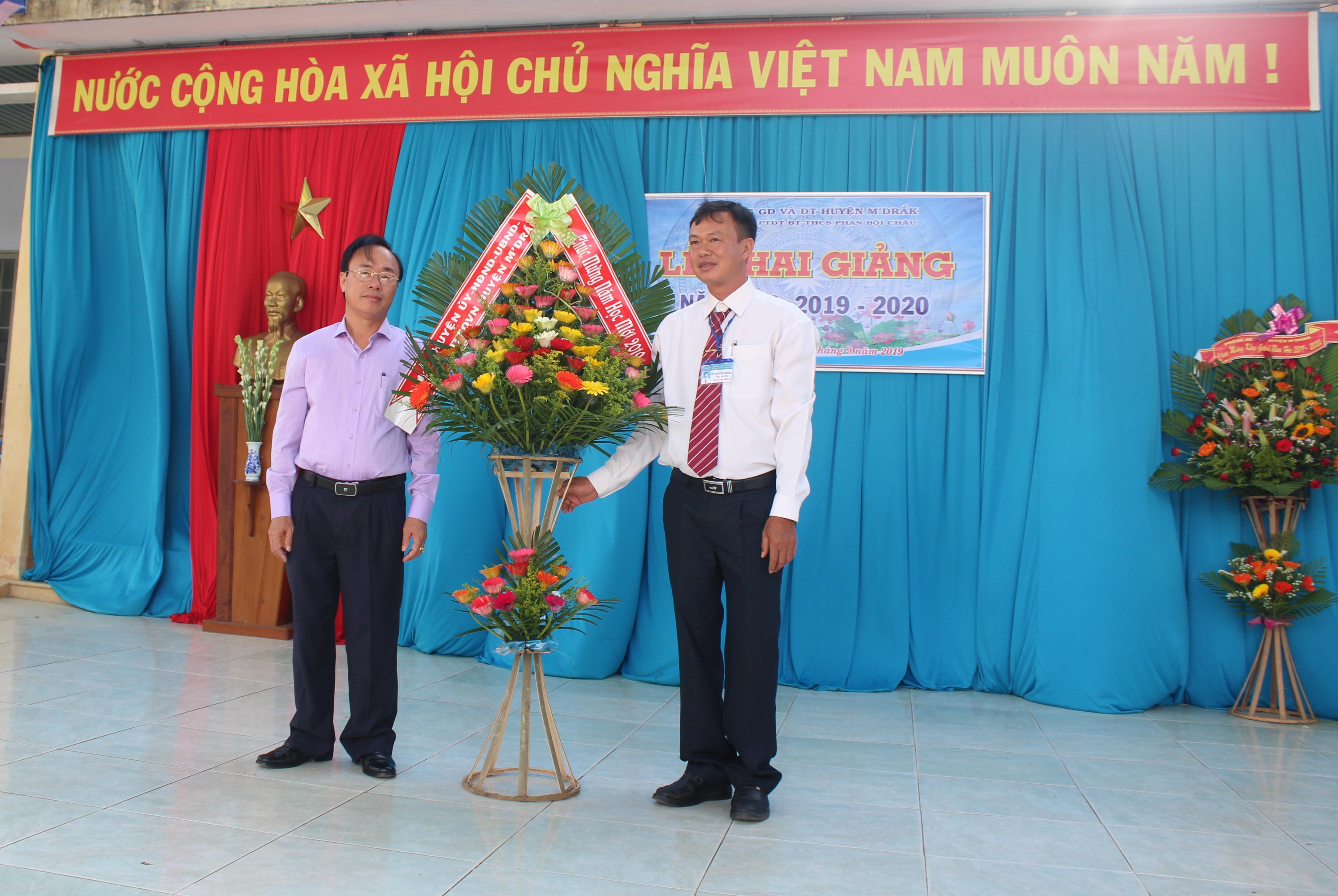 Trường Phổ thông dân tộc bán trú Phan Bội Châu xã EaTrang, M'Đrắk khai giảng năm học mới