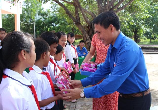 Thăm tặng quà cho học sinh có hoàn cảnh khó khăn nhân dịp năm học mới