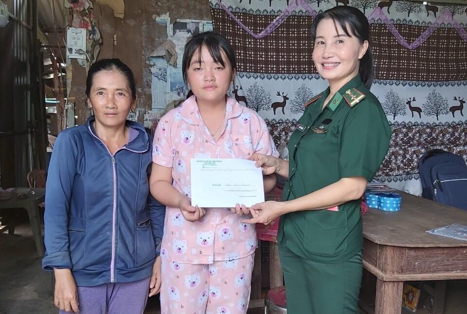 Bộ đội Biên phòng Đắk Lắk trao quà cho các em học sinh nhân dịp khai giảng năm học mới