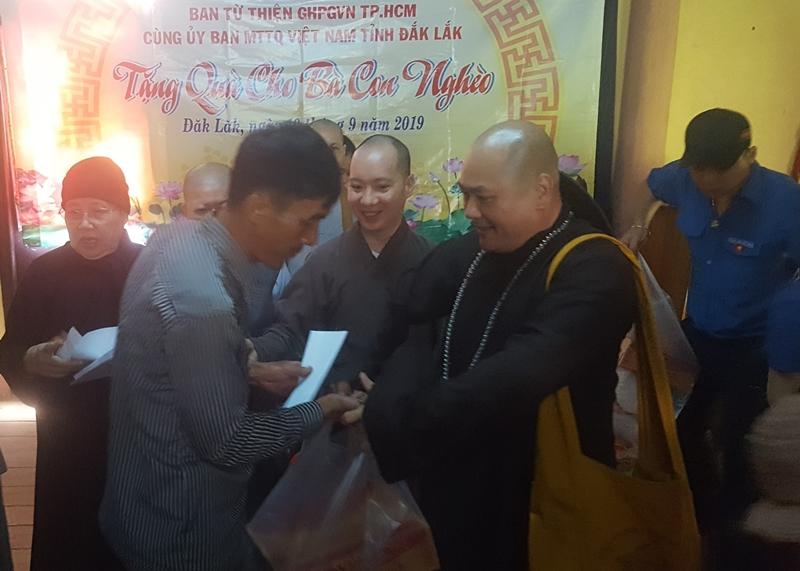 Giáo hội Phật giáo TP.HCM tặng quà cho người nghèo ở xã Ea Hiao, huyện Ea H'Leo