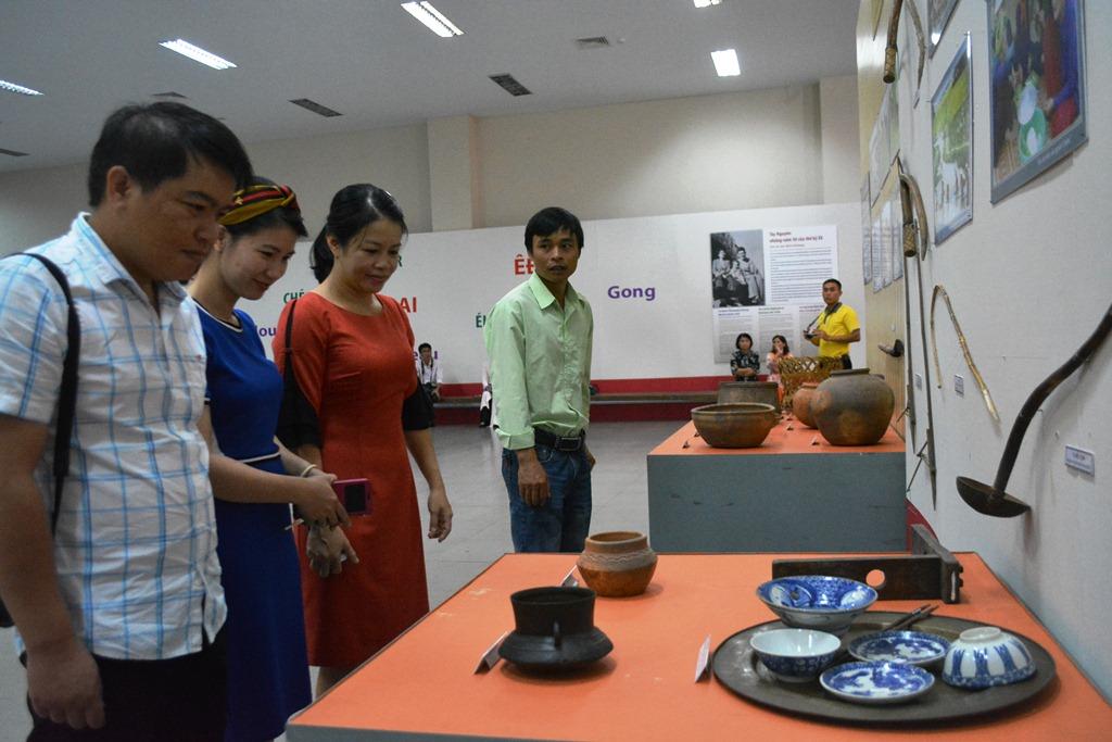 Du khách tham quan hiện vật gốm Chăm cổ dùng trong sinh hoạt hàng ngày