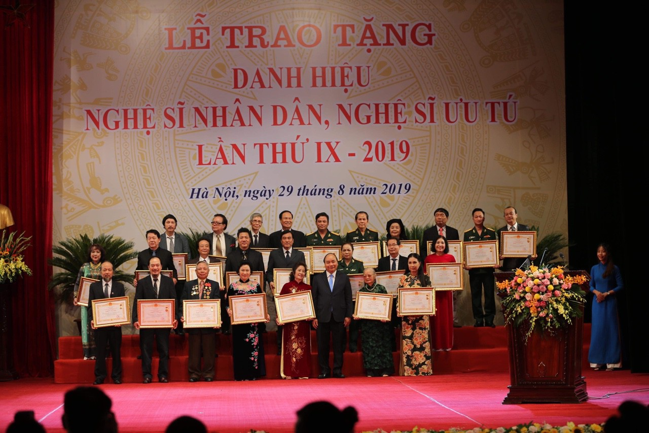 Thống kê bổ sung số lượng viên chức chuyên ngành nghệ thuật biểu diễn và điện ảnh đã được phong tặng danh hiệu Nghệ sĩ nhân dân, nghệ sĩ ưu tú.