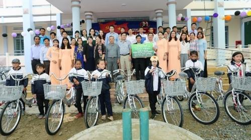 Vietcombank Đắk Lắk trao tặng 50 chiếc xe đạp cho học sinh nghèo