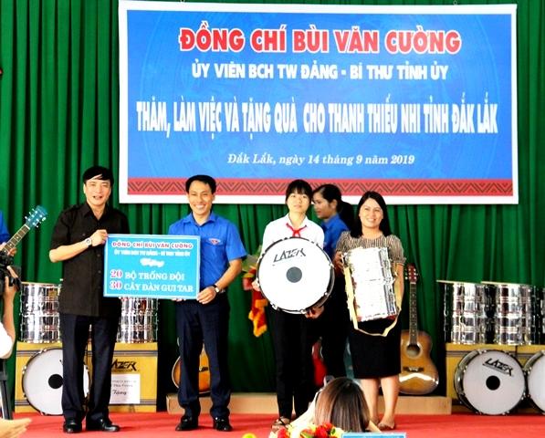 Bí thư Tỉnh ủy làm việc và tặng quà cho thanh, thiếu nhi tỉnh Đắk Lắk