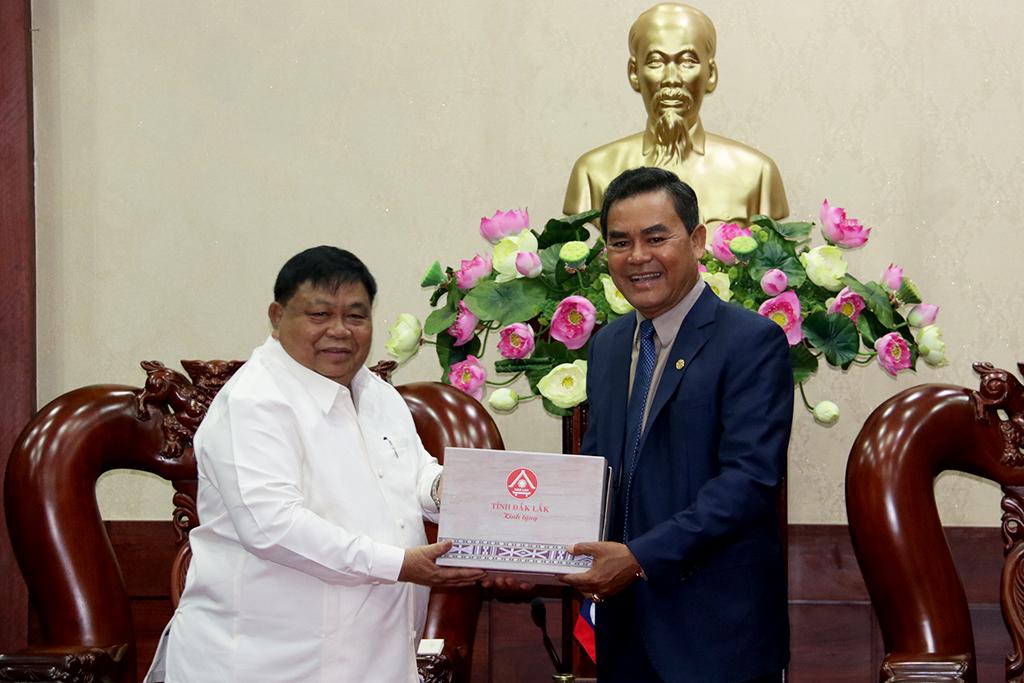 Phó Bí thư Tỉnh ủy, Chủ tịch HĐND tỉnh Y Biêr Niê tiếp đoàn công tác của tỉnh Sê Kông