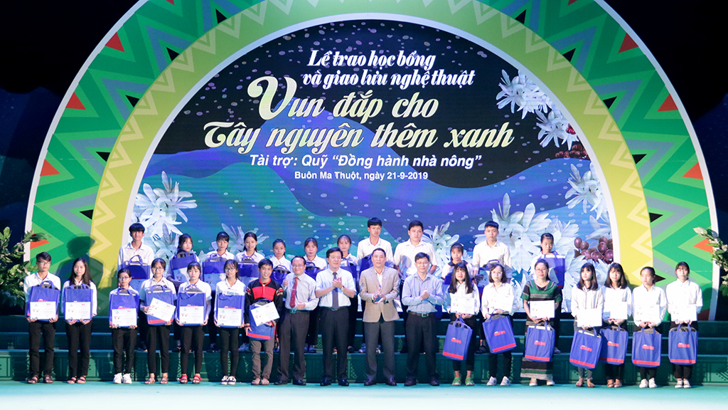"""Trao 110 suất học bổng """"Tiếp sức đến trường"""" năm 2019 cho 110 tân sinh viên 05 tỉnh Tây Nguyên"""