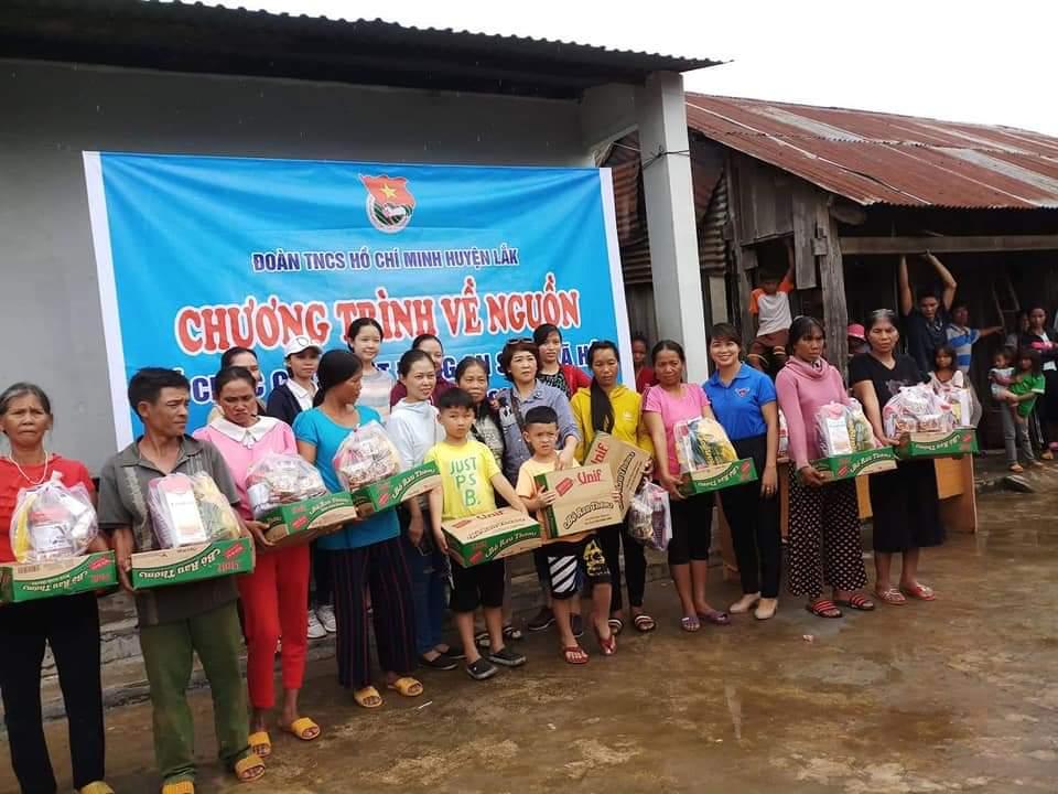 Tặng 100 suất quà cho người dân nghèo huyện Lắk