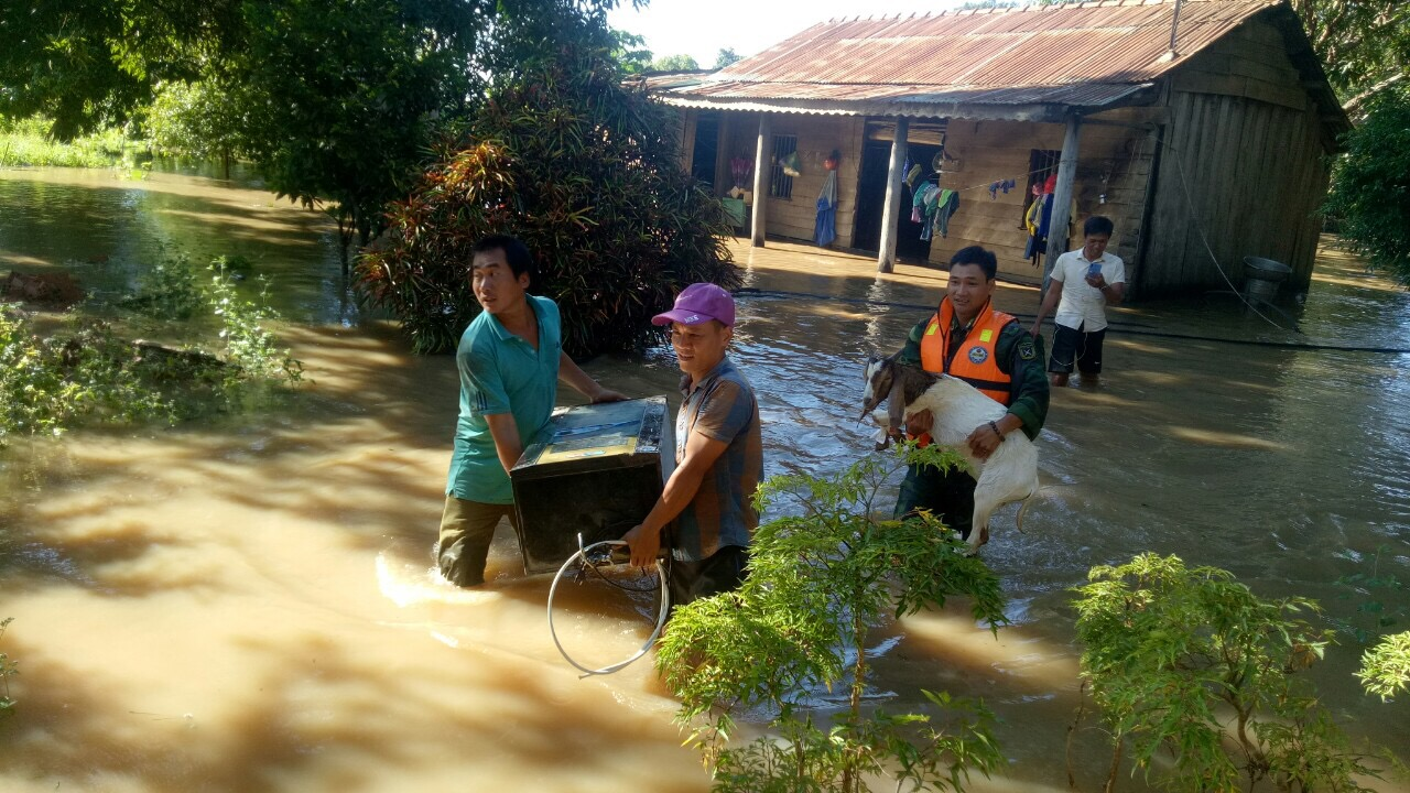 Đồn Biên phòng Cửa khẩu Đắk Ruê triển khai lực lượng giúp dân bị ngập lụt