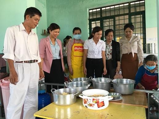 Huyện M'Drắk đẩy mạnh các hoạt động giám sát, kiểm tra an toàn vệ sinh thực phẩm.