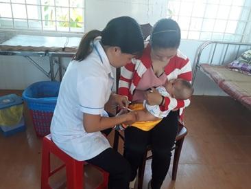 Huyện M'Đrắk khó khăn trong công tác tiêm chủng ở vùng đồng bào dân tộc thiểu số