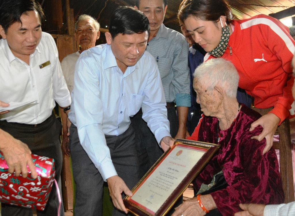 Lãnh đạo tỉnh thăm, tặng quà và chúc thọ người cao tuổi
