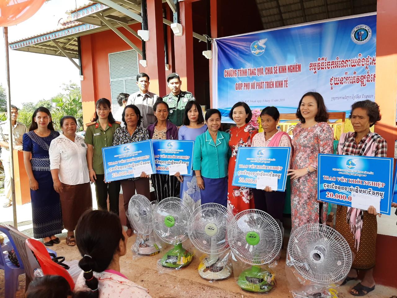 Hội LHPN tỉnh tặng quà, chia sẻ kinh nghiệm phát triển kinh tế tại huyện Koh Nhec, tỉnh Mondulkiri