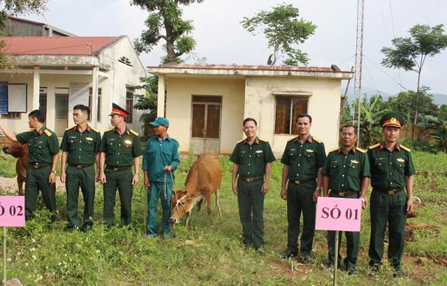 Trao bò giống tặng 2 gia đình khó khăn ở xã Đắk Phơi, huyện Lắk