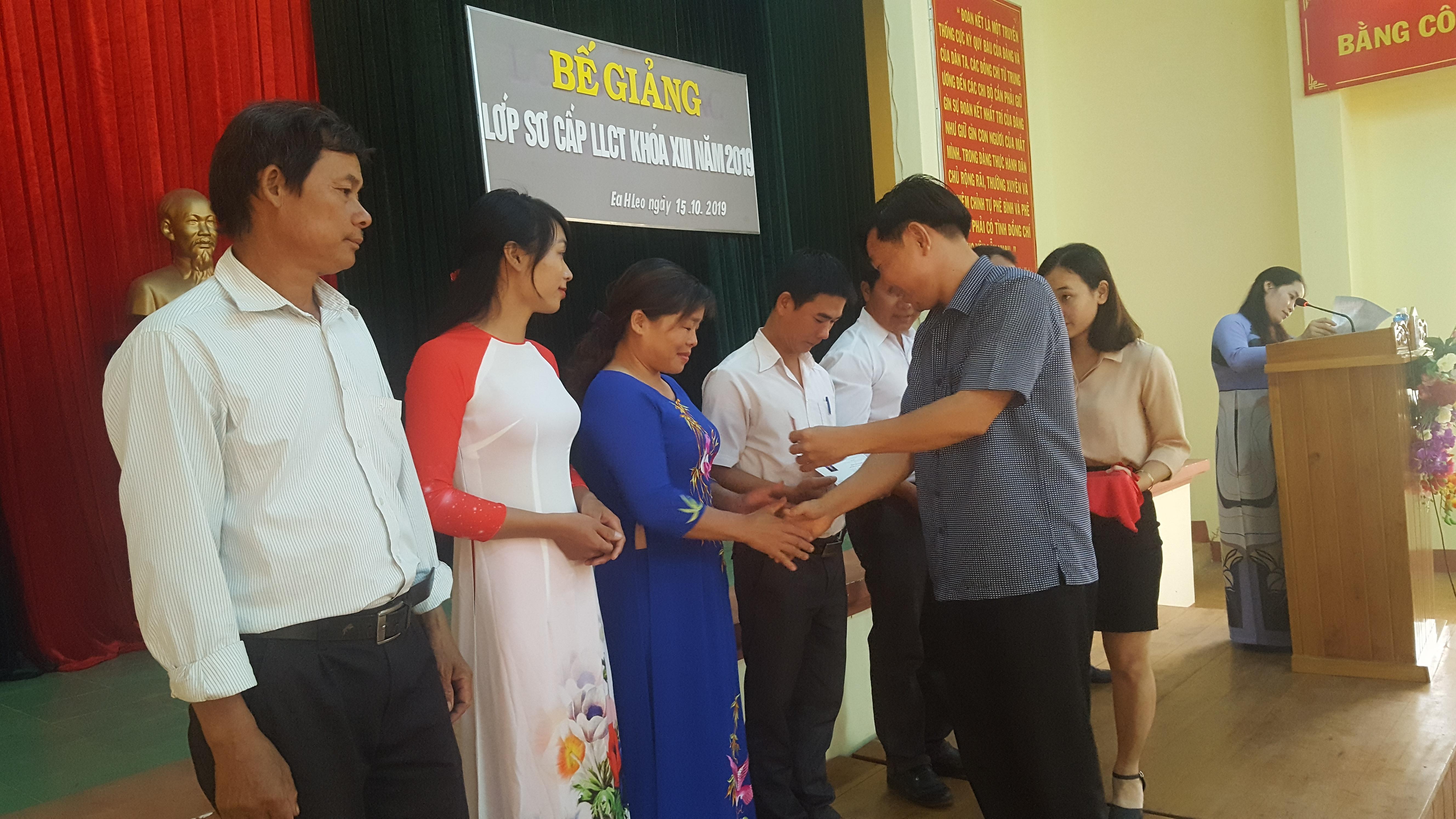 Huyện Ea H'Leo: Bế giảng lớp sơ cấp lý luận chính trị khoá XIII năm 2019