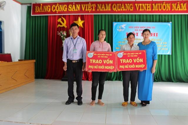 Hội phụ nữ xã Tân Hòa, huyện Buôn Đôn đập heo đất và trao vốn khởi nghiệp