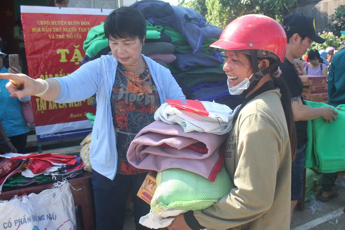 Tặng 100 phần quà cho người dân xã Ea Wer