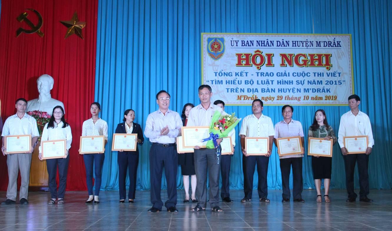 Huyện M'Đrắk: Tổng kết, trao giải cuộc thi viết Tìm hiểu Bộ Luật Hình sự năm 2015