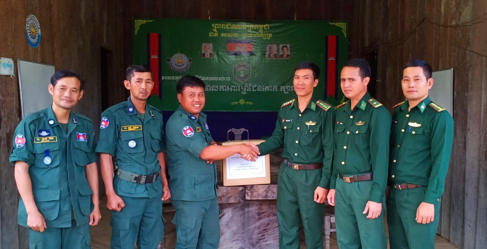 Đồn Biên phòng Bo Heng chúc mừng Đồn Co Bal Đom Rây nhân kỷ niệm 66 năm Quốc khánh Campuchia