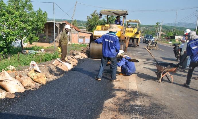 Phê duyệt kế hoạch lựa chọn nhà thầu công trình: Sửa chữa nền, mặt đường, lề đường; hệ thống thoát nước; an toàn giao thông đoạn Km1+500 ÷ Km5+500, đường tỉnh ĐT.697E (Tỉnh lộ 5).