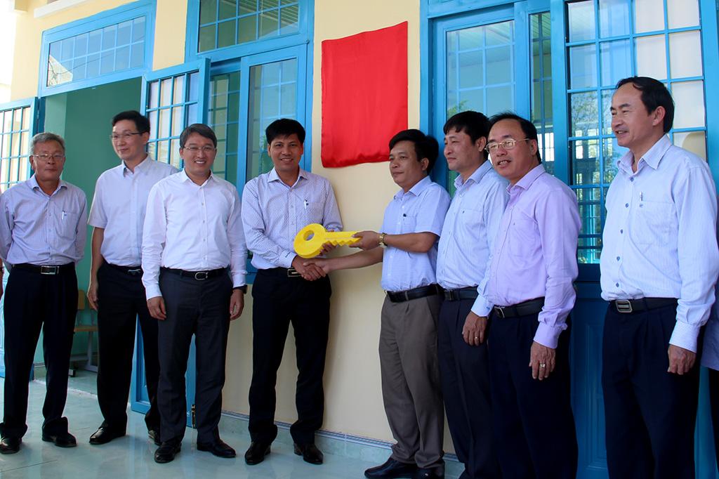Văn phòng Trung ương Đảng trao tặng 3 phòng học cho huyện M'Đrắk