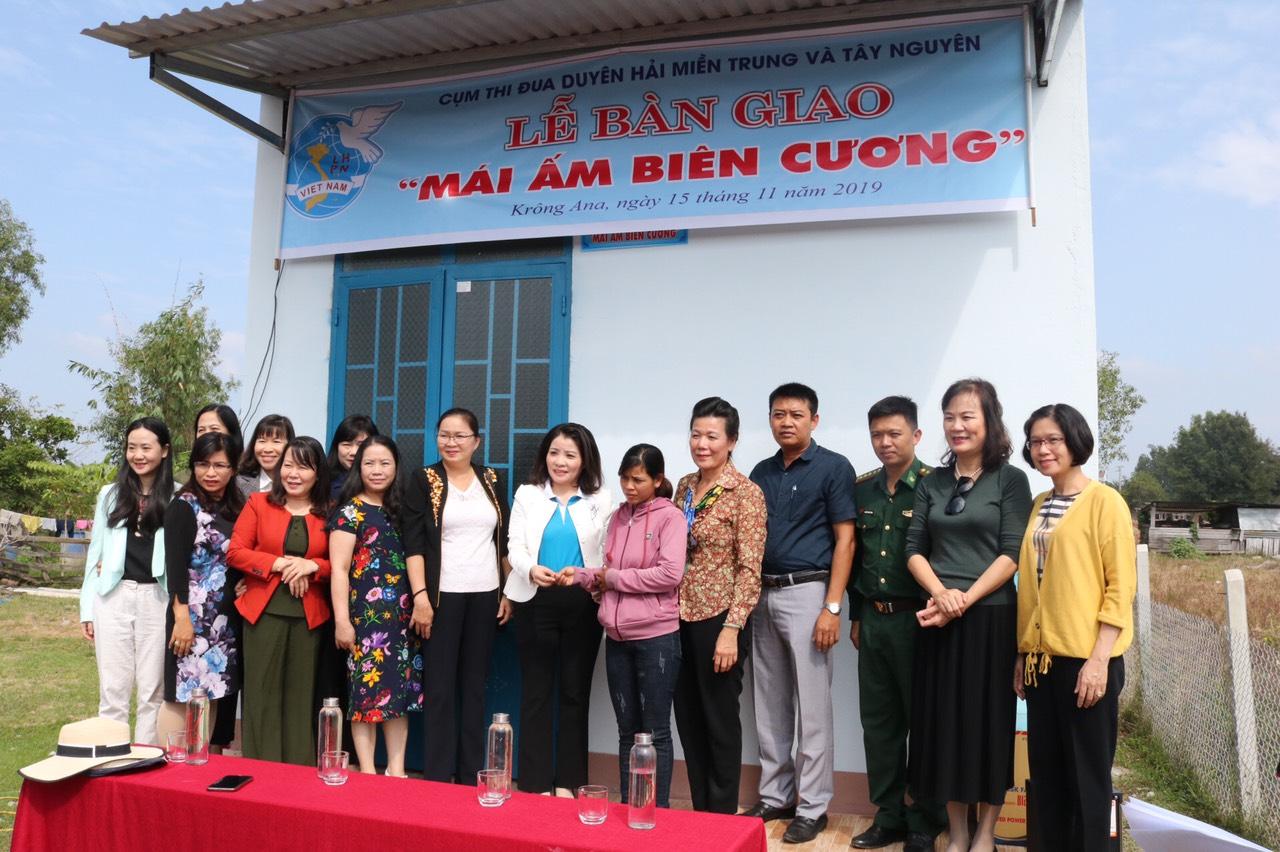 """Bàn giao """"Mái ấm biên cương"""" cho phụ nữ khó khăn tại xã Krông Na"""