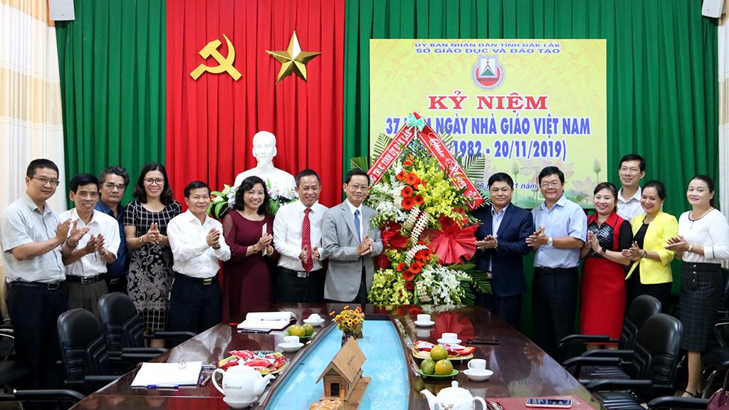 Thường trực Tỉnh ủy thăm và chúc mừng các đơn vị giáo dục nhân kỷ niệm Ngày Nhà giáo Việt Nam