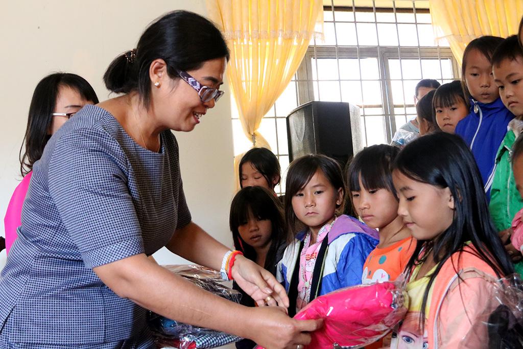 Tặng 120 áo ấm mùa đông cho học sinh nghèo xã Dăh, huyện Krông Năng.