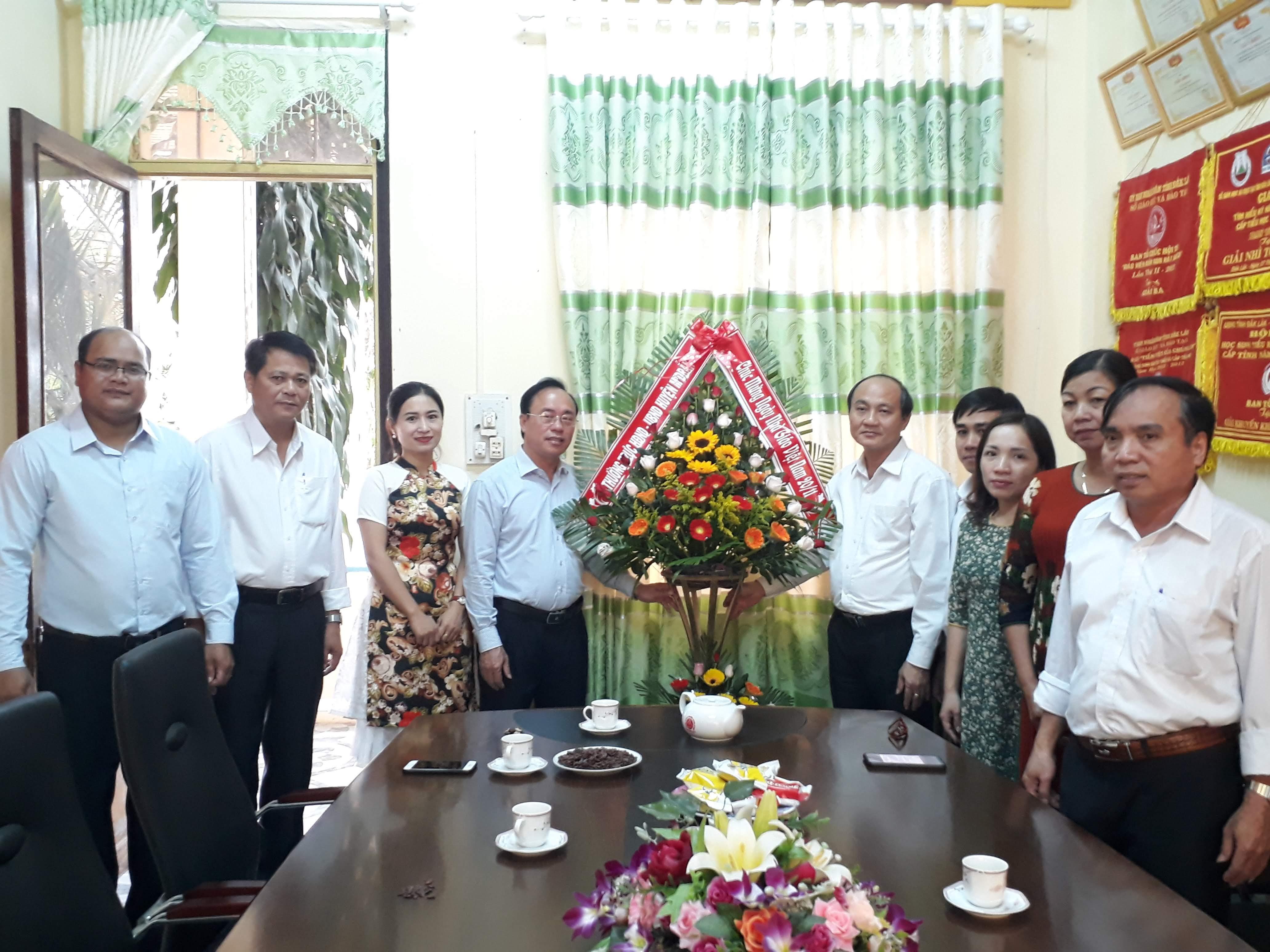 Các đồng chí lãnh đạo huyện M'Đrắk thăm, chúc mừng nhân ngày Nhà giáo Việt Nam 20/11