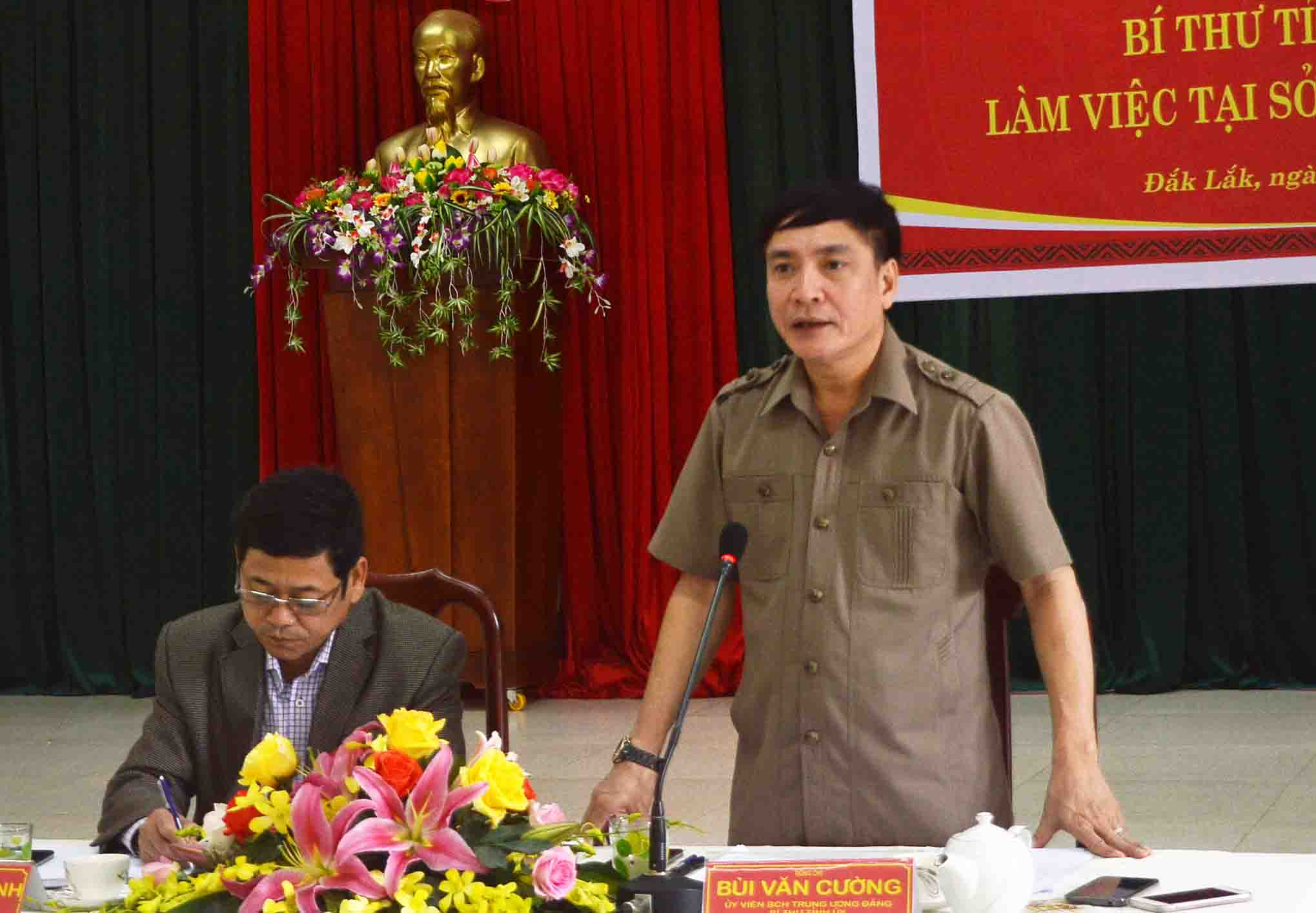Bí thư Tỉnh ủy Bùi Văn Cường làm việc với Sở Nội vụ