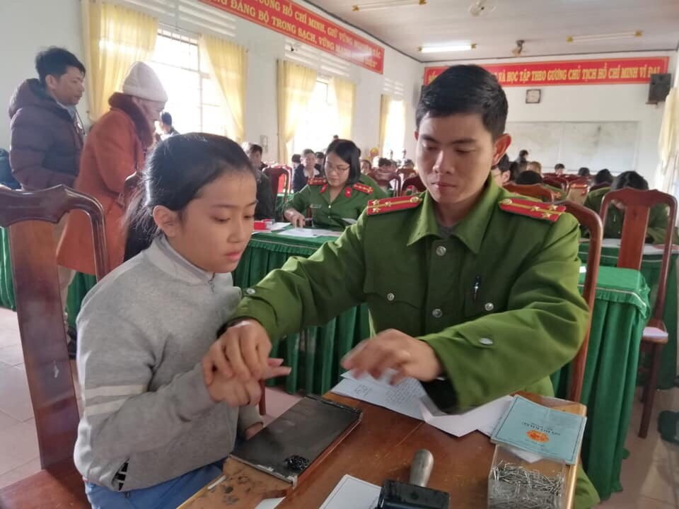 Công an huyện Krông Năng tổ chức cấp CMND lưu động cho người dân